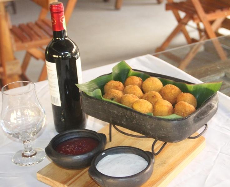 Bolinho de polenta com queijo e taioba no Restaurante Dom Bernardo.