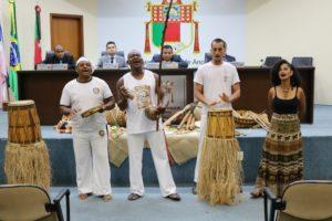 O homenagedo Gilson dos Santos Nascimento, popularmente conhecido como Negão da Capoeira, recebe a Comenda Mestre Camilo.