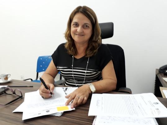 A secretária de educação de Marataízes Penha Louback, contente com a elevação das notas do IDEB, que coloca Marataízes no patamar dos municípios que mais evoluíram em suas notas.