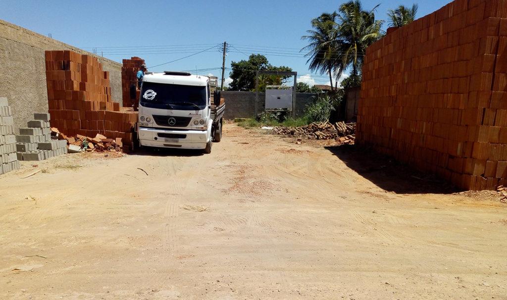 Ruas sem calçamento só pioram situação de quem reside perto de depósitos de material de construção