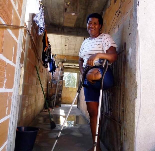 Ambulante que tem uma das pernas amputada é expulsa na Praia de Itaóca por fiscais