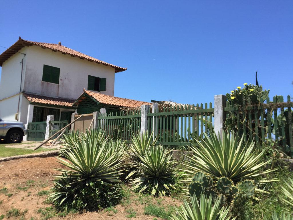 A escola de Kitesurf fica na Avenida Beira Mar ao lado da Igreja Católica na Barra. Contato pelo telefone (28) 99934-7421