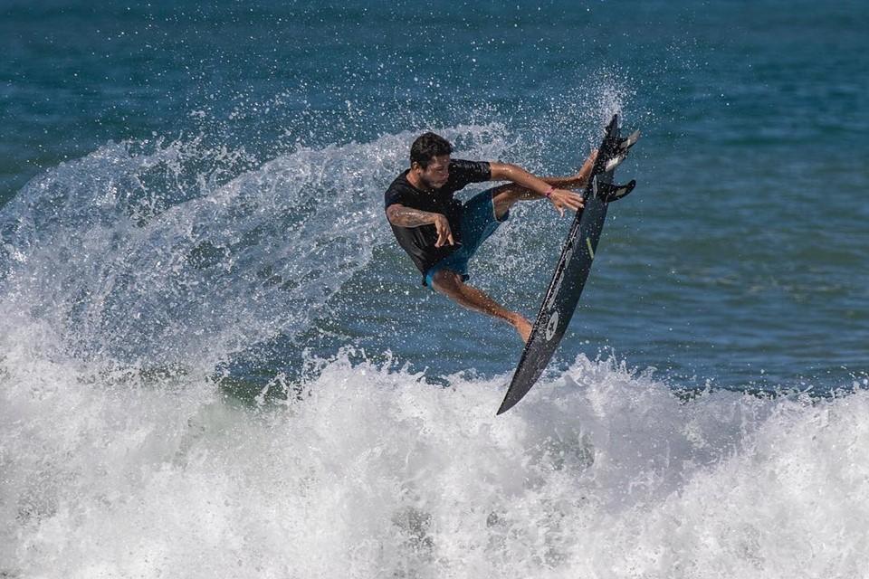 Capixaba Krystian Kymerson tenta vaga na elite do surfe mundial