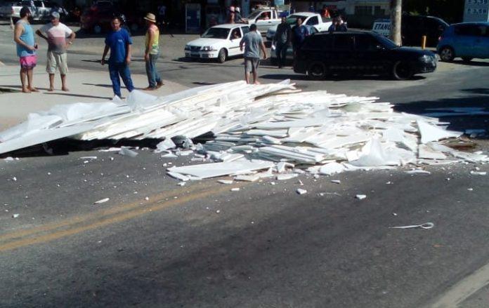 Chapas de mármore se soltam de caminhão e caem em rodovia de Cachoeiro; Veja o Vídeo