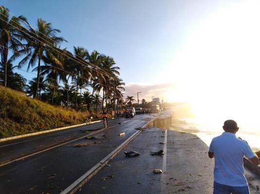 Rodovia cede em Guarapari e carro cai em mar