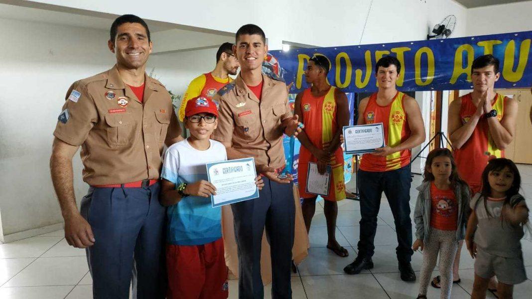 Projeto de colônia de férias entrega certificado a 21 alunos da Escola de Itaoca, em Itapemirim