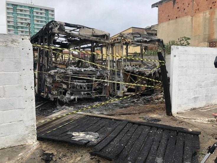 Marataízes: Dois ônibus são destruídos pelo fogo em estacionamento