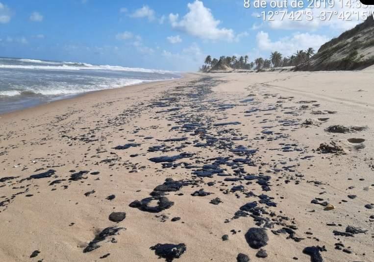 Mancha de óleo chega em praia a 55 km do ES