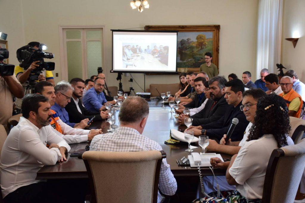 Casagrande recebe Comando Unificado da Crise sobre óleo que atinge litoral brasileiro